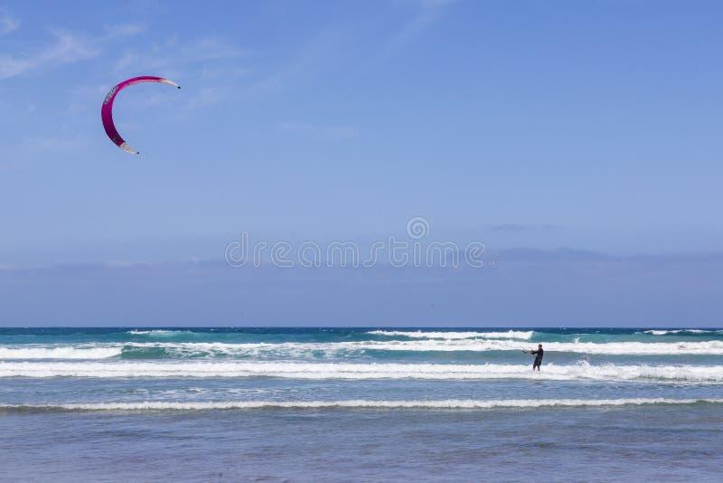 La Caleta, Spagna, surfista dell'aquilone 03-14-2019 alla spiaggia di Caleta della La Lanzarote Le Isole Canarie fotografia stock