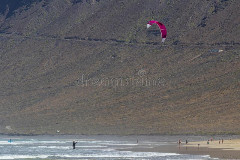 La Caleta, Spagna, surfista dell'aquilone 03-14-2019 alla spiaggia di Caleta della La Lanzarote Le Isole Canarie immagini stock libere da diritti