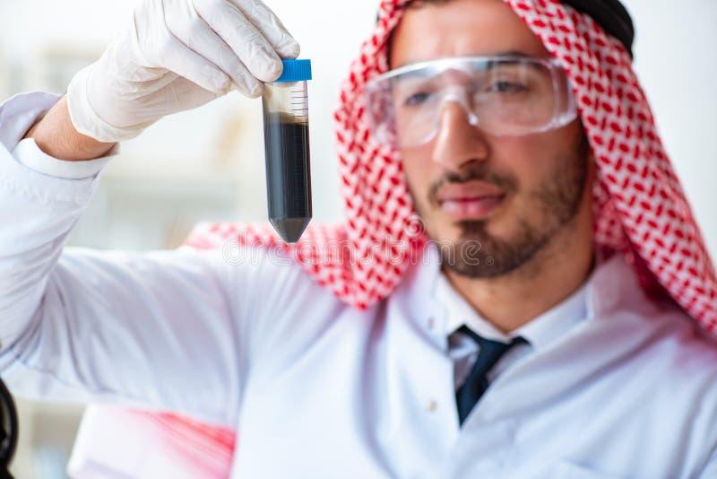 La calidad árabe de la prueba del científico del químico de la gasolina del aceite fotografía de archivo