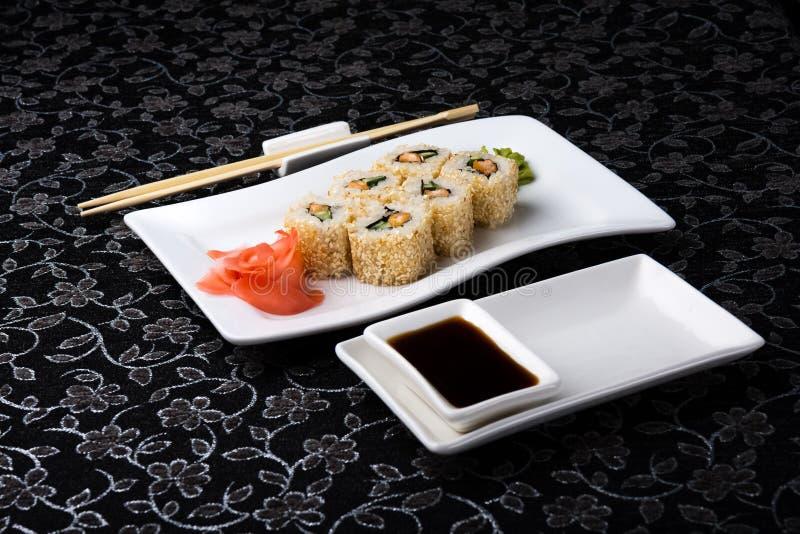 La California rotola i sushi con la salsa marinata dello zenzero, di vasabi e di soia nel piatto fotografia stock libera da diritti