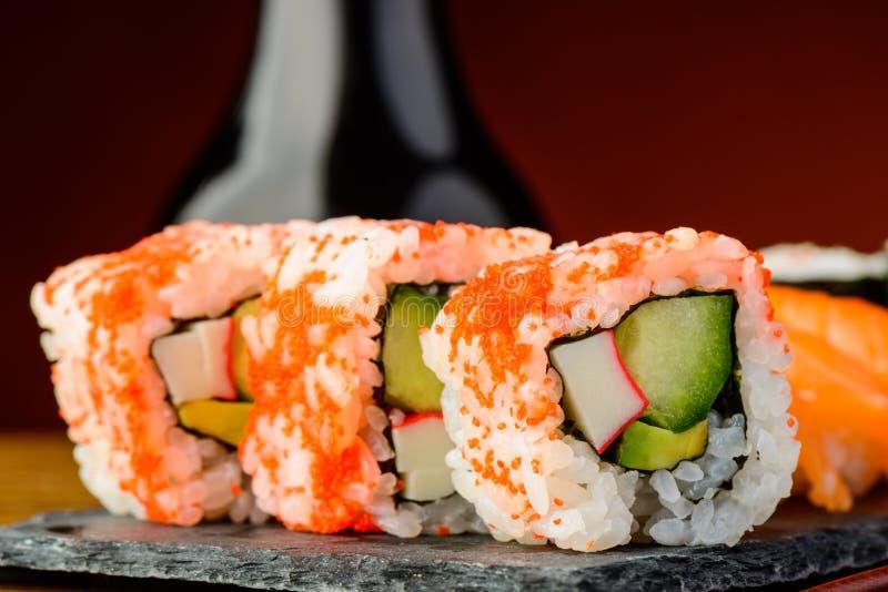 La California rotola il primo piano dei sushi immagini stock