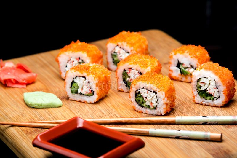 La Californie Maki Sushi avec Masago photo stock