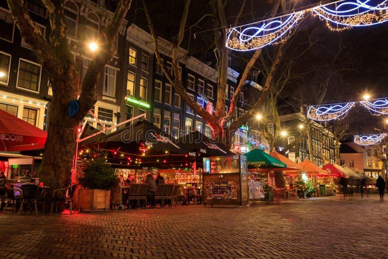 La calle adornada con las luces de la Navidad, Amsterdam fotografía de archivo