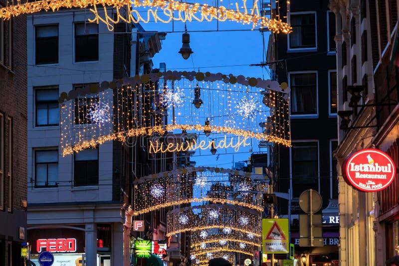 La calle adornada con las luces de la Navidad por la tarde, Amsterdam imagenes de archivo