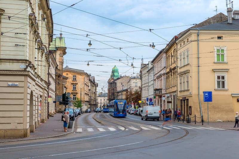 La calle de la ciudad de Kraków, viaja en tranvía transporte público fotografía de archivo libre de regalías