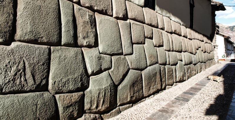 La calle de Hatun Rumiyoc con doce Incan pesca la piedra con caña en Cusco, Perú fotografía de archivo libre de regalías