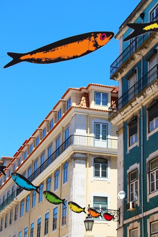 La calle de Lisboa adornó con las sardinas imagen de archivo libre de regalías