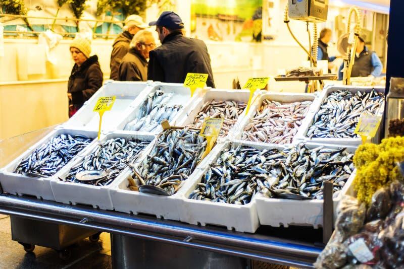 La calle de los pescados y de los crustáceos hace compras en Estambul, Kadikoy imagenes de archivo