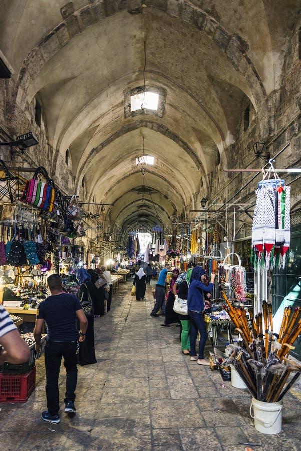 La calle de mercado palestina del souk hace compras en israe viejos de la ciudad de Jerusalén foto de archivo libre de regalías