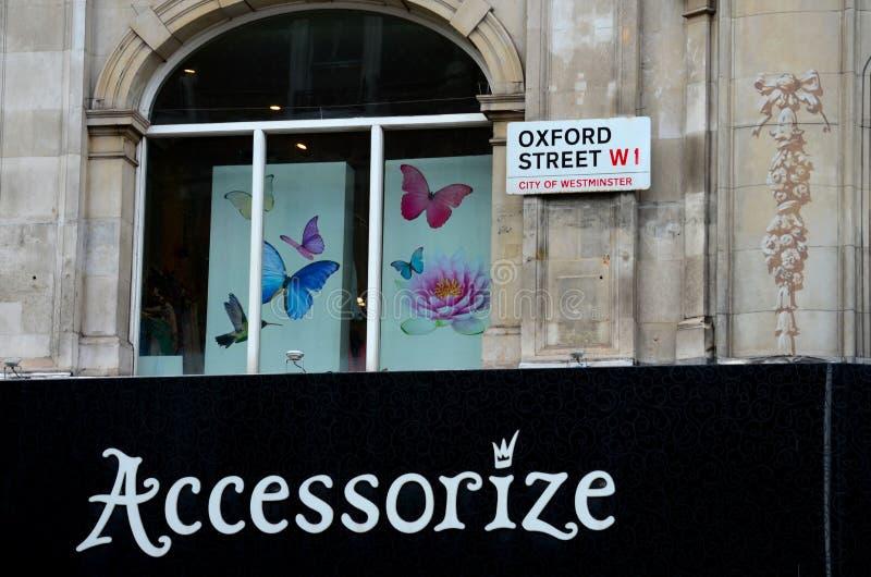 La calle de Oxford complementa mariposas de la tienda en la ventana Londres Inglaterra foto de archivo