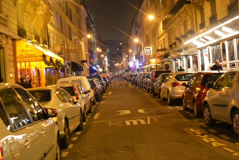 La calle en el centro de París por noche foto de archivo