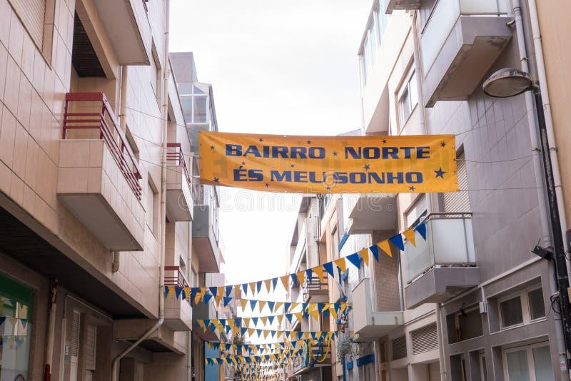 La calle en Povoa de Varzim, Portugal adornó con las banderas y los banderines para celebrar el festival de Pedro del sao foto de archivo libre de regalías