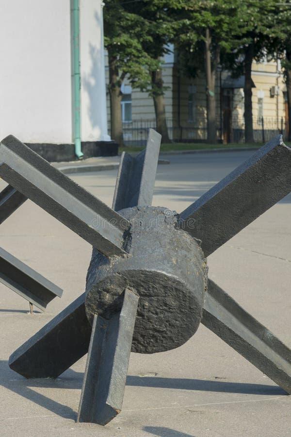 La calle es bloqueada por las cercas antitanques El concepto de guerra y de confrontación Foto vertical Cierre para arriba foto de archivo