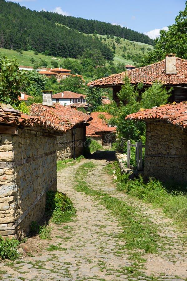 Download La Calle Estrecha De La Bobina En El Pueblo Balcánico Foto de archivo - Imagen de búlgaro, configuración: 41901998