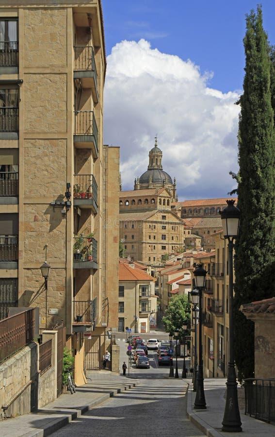 La calle estrecha en la ciudad vieja de Salamanca fotografía de archivo