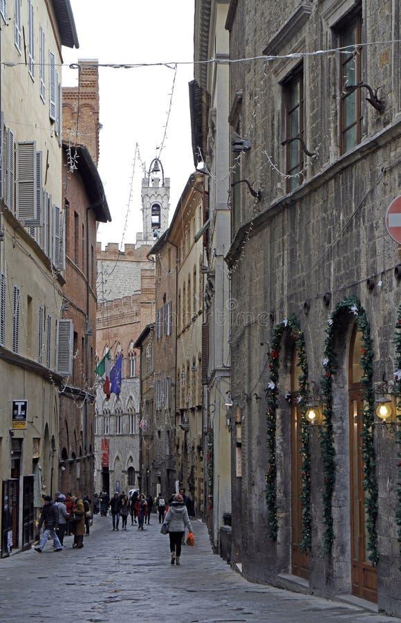 La calle estrecha en la ciudad vieja de Siena imagen de archivo libre de regalías