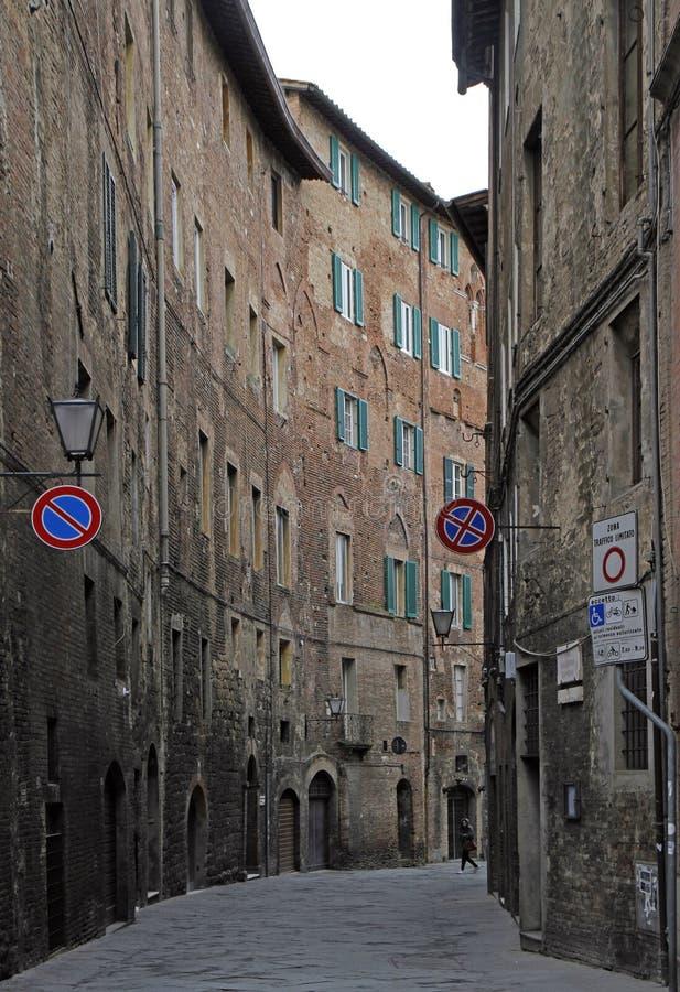 La calle estrecha en la ciudad vieja de Siena imagen de archivo