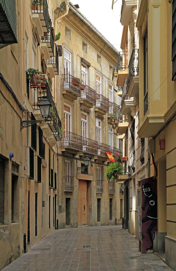 La calle estrecha en la ciudad vieja de Valencia imagen de archivo libre de regalías