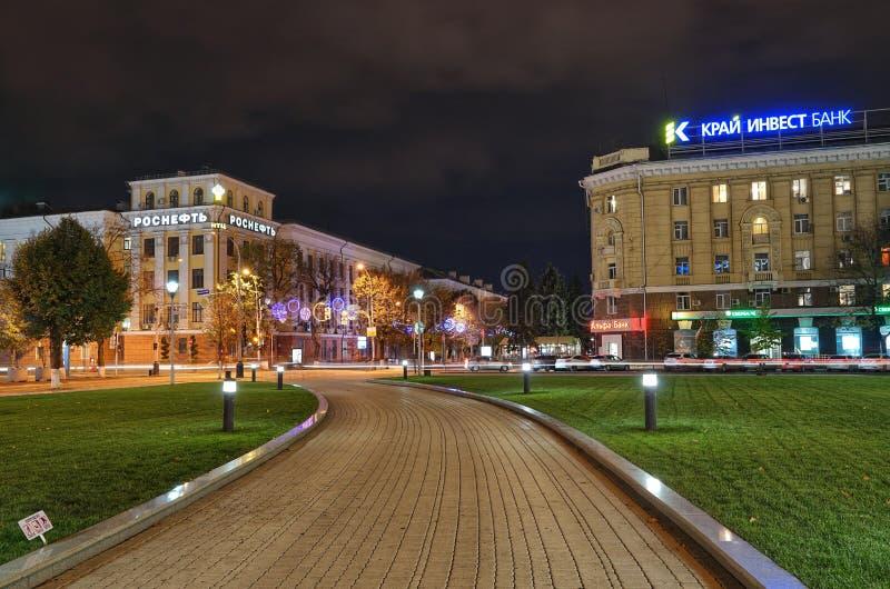 La calle principal de la ciudad de Krasnodar en la noche fotografía de archivo