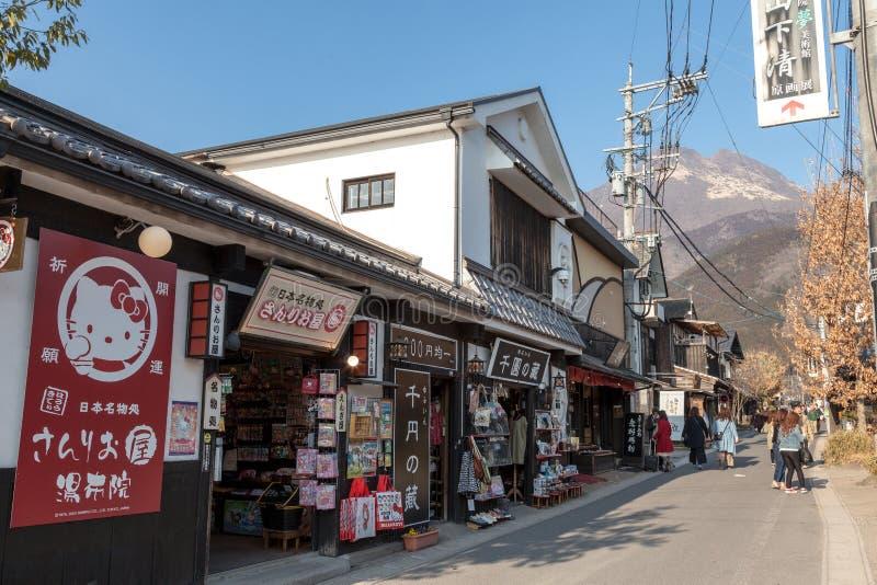 La calle principal de Yufuin del ferrocarril tiene mucho tienda para la comida, el postre y el regalo, situados en la prefectura  foto de archivo libre de regalías