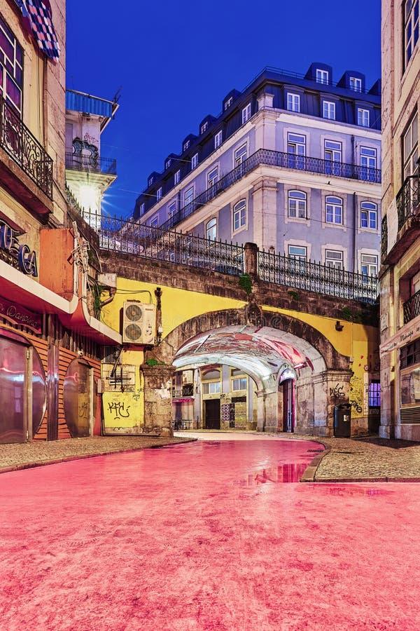 La calle rosada de Lisboa durante hora azul imágenes de archivo libres de regalías