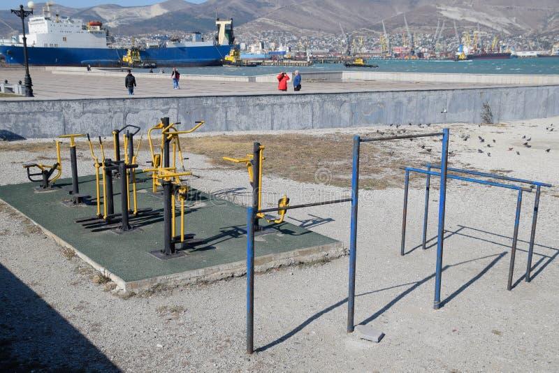 La calle se divierte la ciudad Simuladores al aire libre del entrenamiento en la playa de Novorossiysk fotografía de archivo
