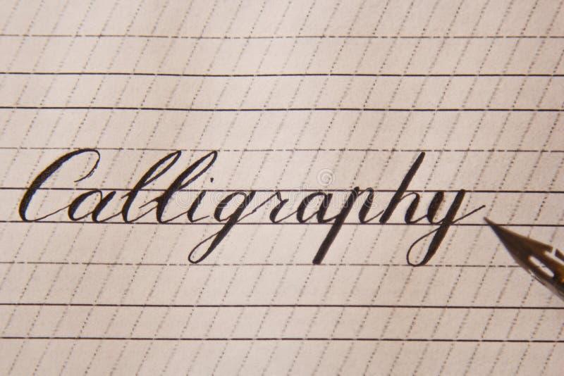 La calligraphie de Word est écrite avec un stylo d'encre sur une feuille de livre blanc avec des rayures dessinées fin de papeter photo stock