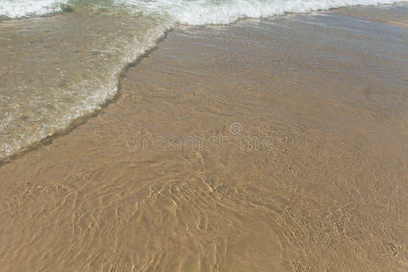 La calma agita en la playa Fondos y texturas fotografía de archivo libre de regalías