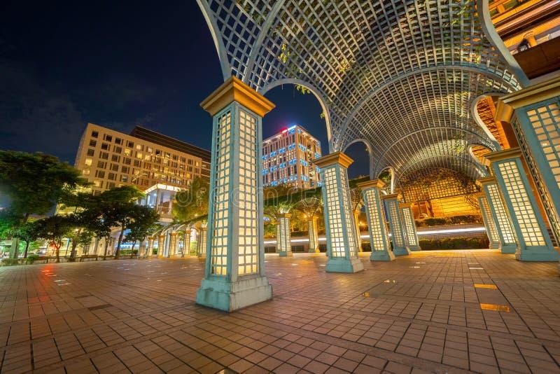 La calzada arqueada en la ciudad urbana, centro de la ciudad de Taipei, Taiwán en la noche Fondo moderno de la decoración del dis fotos de archivo