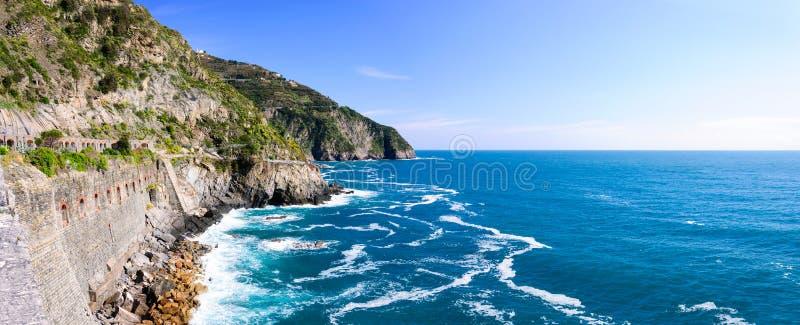 La calzada a lo largo de la costa costa, vía del Amore en el parque nacional Cinque Terre fotografía de archivo