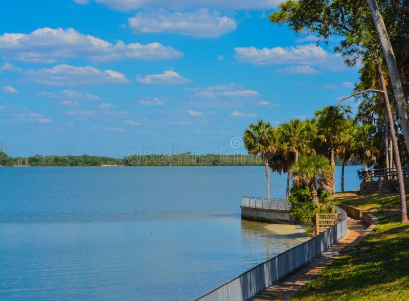 La calzada a lo largo de Tampa Bay en Philippe Park en el puerto de la seguridad, la Florida foto de archivo