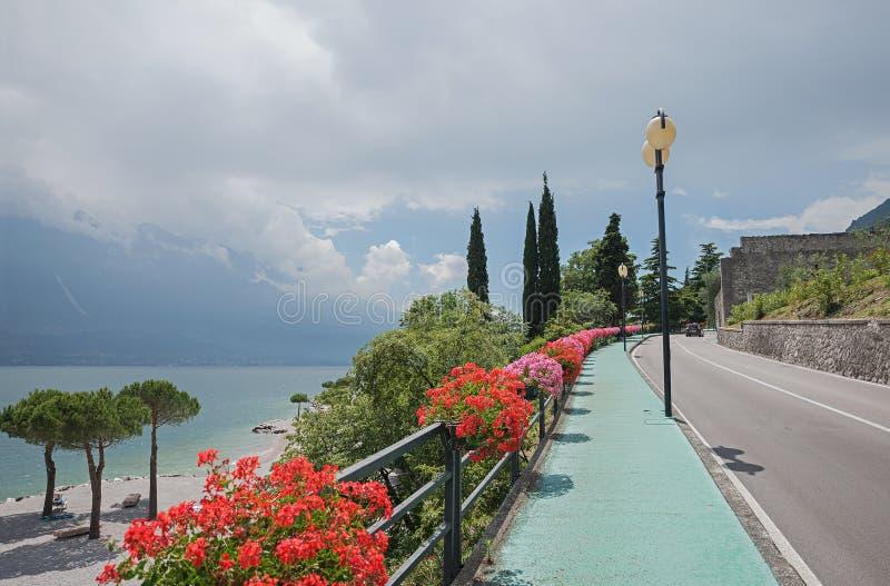 La calzada peatonal a lo largo del sul del limone del camino y de la playa del gardesana gar imagen de archivo libre de regalías