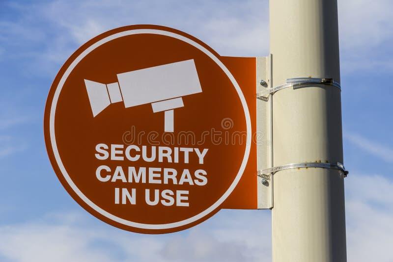 La caméra de sécurité orange se connectent en service Gray Post et en partie Sunny Background I photos libres de droits