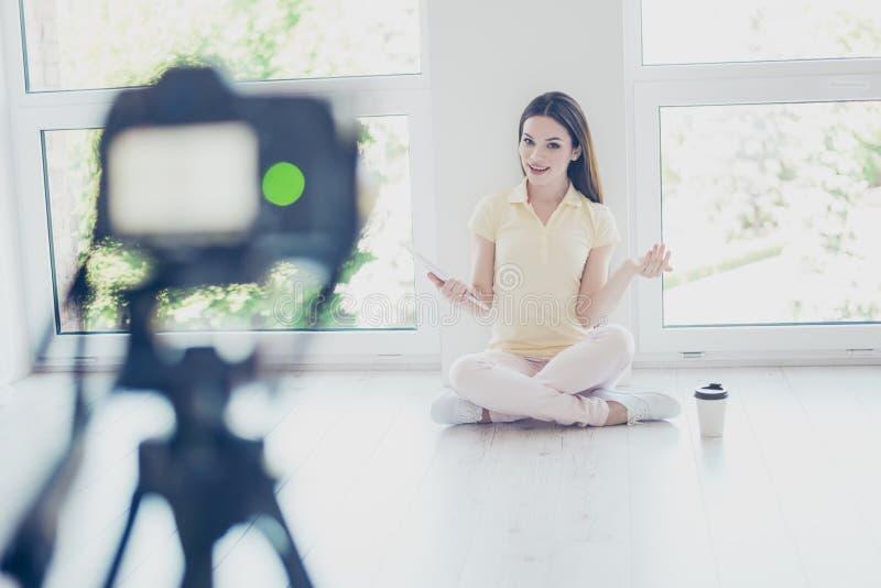 La caméra vidéo de blog enregistre la jolie fille de brune parlant avec photo stock