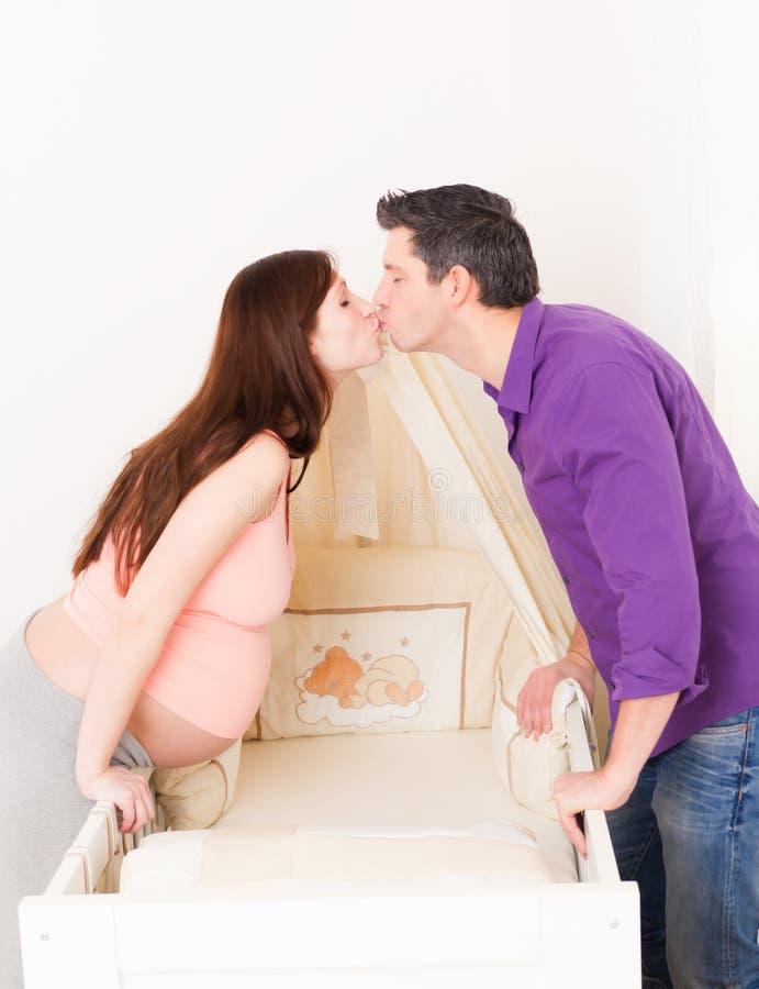 La cama de bebé aguarda imagen de archivo