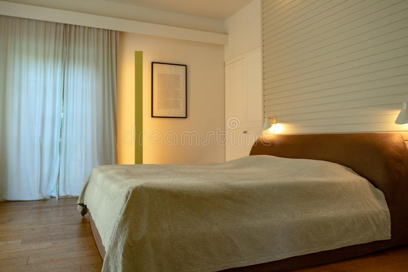La cama matrimonial con una visión cerró las cortinas foto de archivo