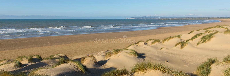 La cambrure ponce la vue panoramique BRITANNIQUE d'East Sussex de plage image libre de droits