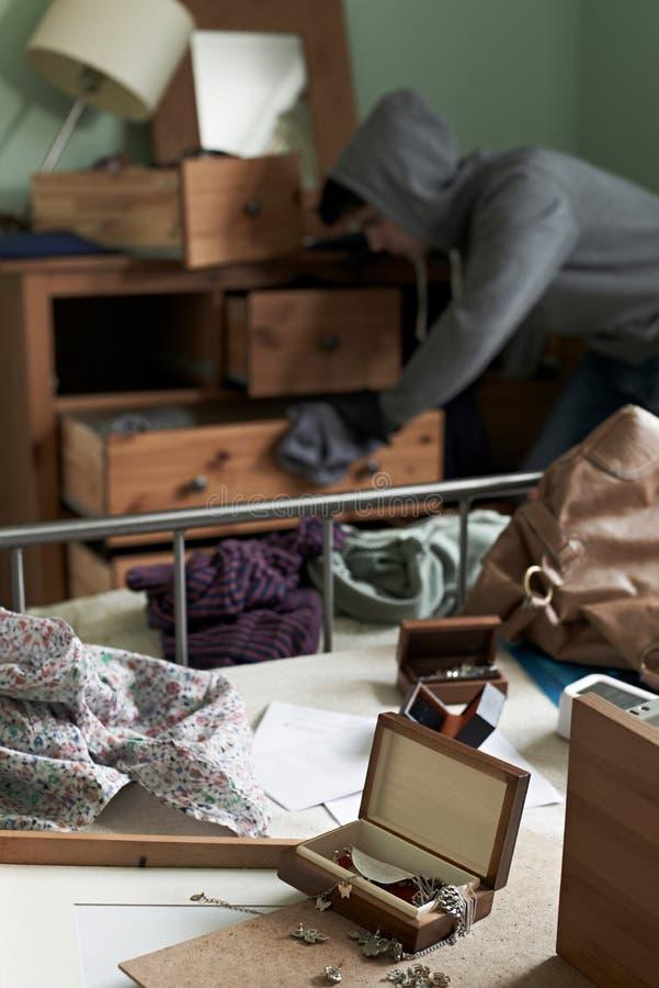 La camera da letto di Stealing Items From dello scassinatore durante il tubo flessibile irrompe fotografie stock