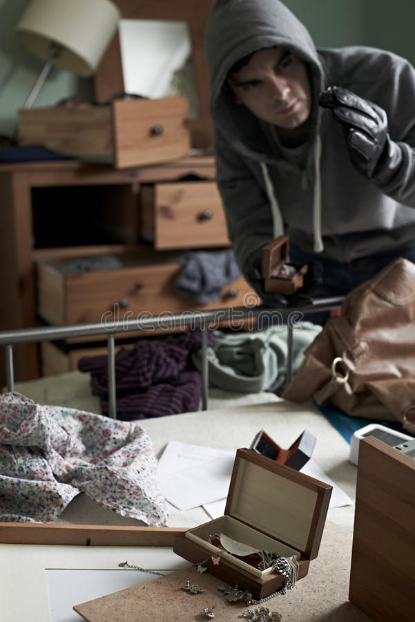 La camera da letto di Stealing Items From dello scassinatore durante la Camera irrompe fotografia stock