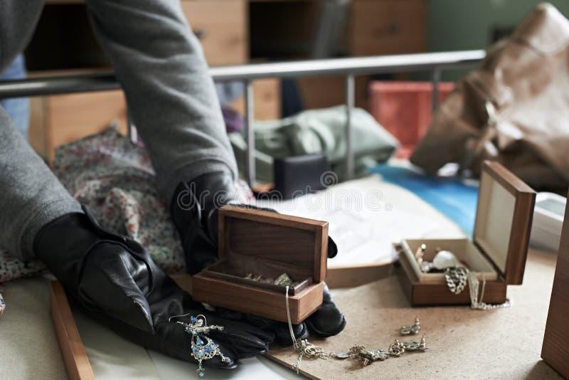 La camera da letto di Stealing Items From dello scassinatore durante la Camera irrompe fotografia stock libera da diritti