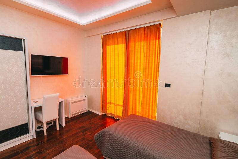 La camera da letto nell'appartamento Letto, guardaroba, comodini nella t fotografie stock libere da diritti