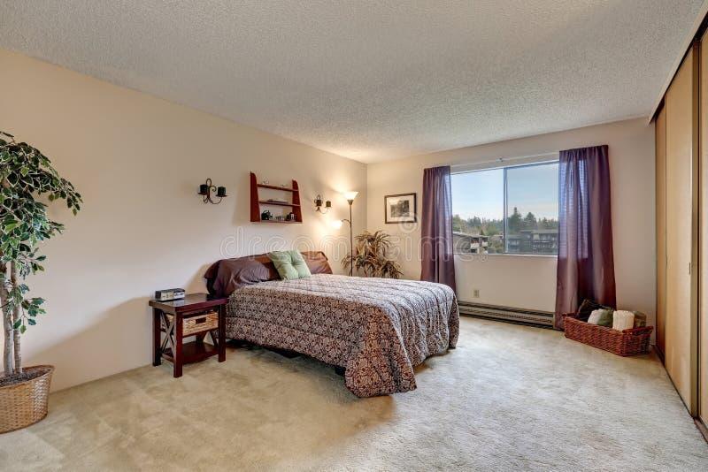 Camere Da Letto Tradizionali : La camera da letto tradizionale con le pareti beige calde
