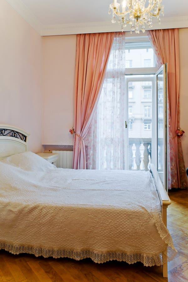 La camera di albergo con il balcone fotografia stock libera da diritti
