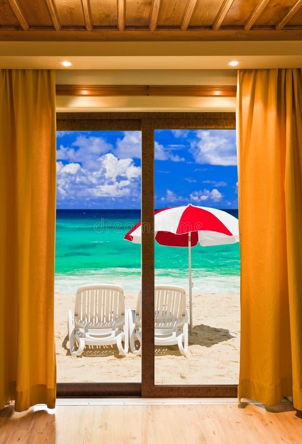 Paesaggio della spiaggia e della camera di albergo fotografia stock libera da diritti