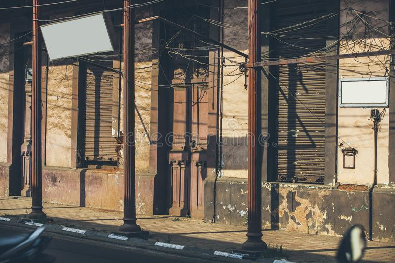 La Camera sulla via si è accesa dal tramonto che forma lo sha geometrico immagine stock libera da diritti