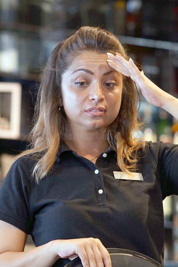 La cameriera al banco è stata lasciata senza una mancia immagine stock