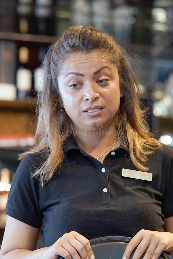 La cameriera al banco è stata lasciata senza una mancia immagine stock libera da diritti