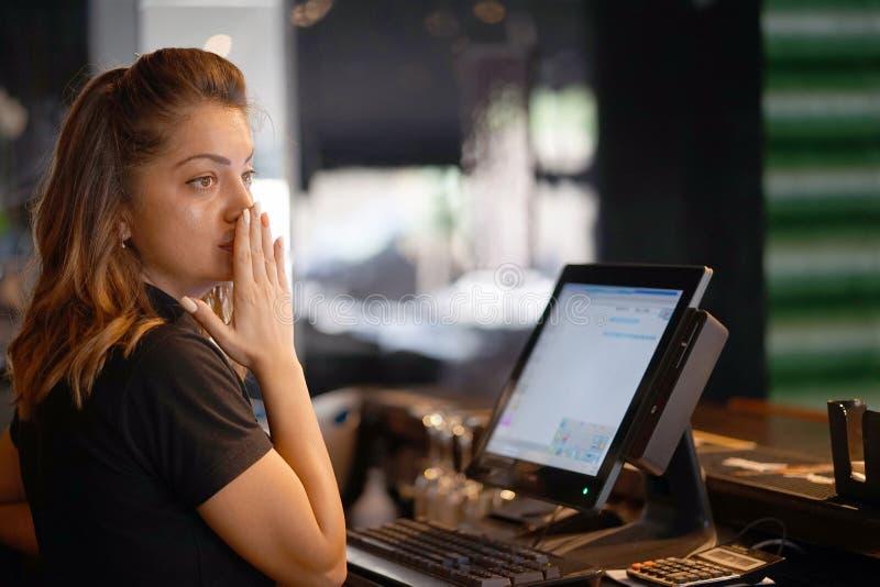 La cameriera di bar al registratore di cassa fotografie stock