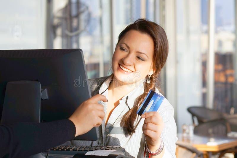 La cameriera di bar al registratore di cassa fotografia stock libera da diritti