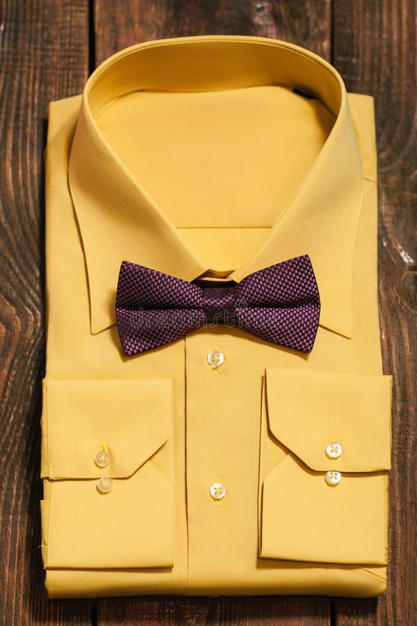 La camicia degli uomini gialli con la cravatta a farfalla di Marsala fotografia stock libera da diritti